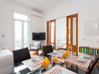 Charming Flat w/balcony in the heart of Barcelona (Eixample & Historic Center)