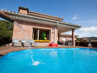 "Villa 15"" from beach, near Barcelona, Pool, BBQ, all private, train direct aerpo"