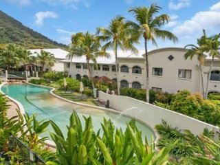 MANGO LAGOON, PALM COVE - Huge 2 br, 2 bth, direct pool access, courtyard