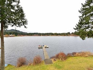 Incredible 3 Bedroom Lake Front Main Level Vacation Home, Nanaimo