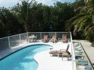 Walk to Sombrero Beach, pool, hot tub, Tarpon fishing off dock, 3 bedroom house, Marathon