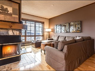 Ski in/out, Stunning 3BR, 4 season hot tub, Free Shuttle / 215650