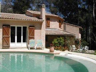 Belle villa de caractère avec piscine dans un écrin de pinède