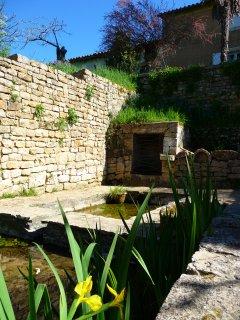 La Ponne, dans le village, le lavoir