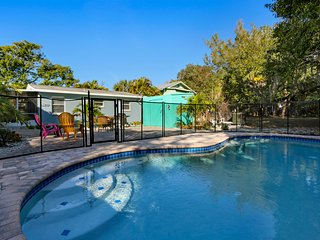 Blue Fin Cottage with Pool short walk to beach