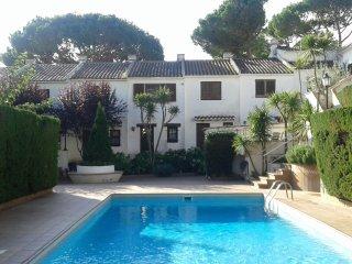 Casa adosada con piscina en Torre Valentina