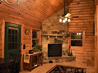 New! Real-Log, Loft-Style Cabin - Rock Fireplace, Direct Access to Wolf Pen Gap, Mena