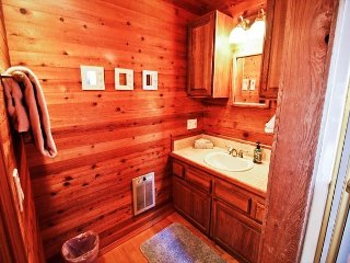 COURTYARD-UPPER ~MCA# 1450 ~ Spacious hot tub home in the heart of Manzanita!