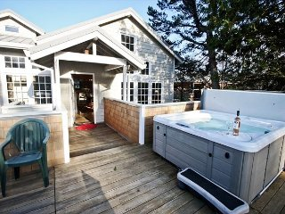 COURTYARD-UPPER~MCA# 1450~Spacious hot tub home in the heart of Manzanita!