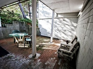 COURTYARD-LOWER0~MCA#1450~Spacious hot tub home in the heart of Manzanita!