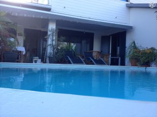 belle villa avec piscine a debordement
