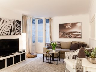HUGE! LUXURY! 3 BEDROOMS/ 4 BEDS/ MOST CENTRAL! COVENT GARDEN, 3 min to subway!