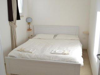 Camera matrimoniale con bagno indipendente e vista sull' oliveto