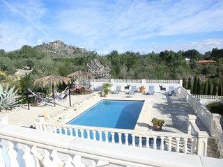 Fraaie villa, op schitterende plek in de Jalon Vallei. Geschikt voor 4 volw. + 1