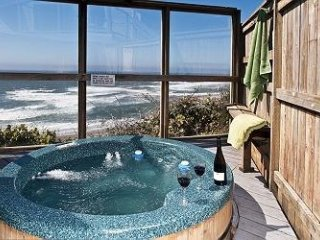THE SUBMARINE W/ HOT TUB & AWESOME OCEAN FRONT VIEW!