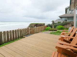 Shoreline Chateau-WONDERFUL OCEANFRONT HOME W/ STEPS TO THE SAND! HOT TUB!
