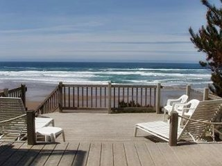 MOONBREAKER OCEANFRONT W/ BEACH STAIRS/ JACUZZI TUB /BEAUTIFUL BEACH VIEW!