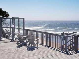 Anchor & Submarine-Oceanfront Hot Tub Open 5/14-16, Lincoln City
