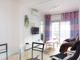 Stay 800m from Sagrada Familia. Centric 3 Bed 2 Bath with balcony/Aircon/Wi-Fi.
