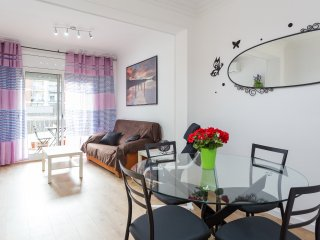 Stay 800m from Sagrada Familia. Centric 3 Bed 2 Bath with balcony/Aircon/Wi-Fi..