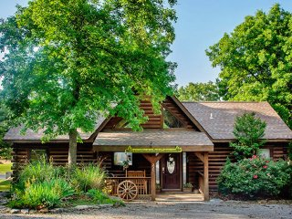 3 Bedroom Log Cabin near Branson/ Overlooking Pool