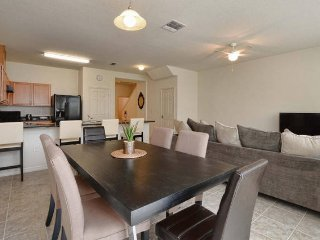 Comfy and Affordable Villa Near DisneyWorld Orlando, Kissimmee