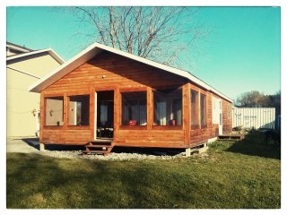 Waterfront 2 Bedroom Log Cottage at Hideout on Howe