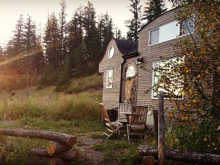 Tiny House B&B Getaway with hot tub, Williams Lake