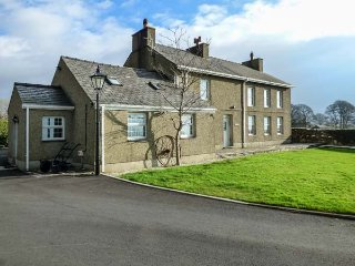 GARREG WEN ISAF BACH, romantic retreat, pet-friendly with WiFi, Penygroes, near