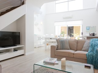 Driftwood - Modern Townhouse, Near Rail, Beaches, Cafes, Perth Attractions