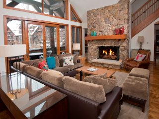 Extravagance at its Peak: Ski-in/Ski-out 3Br/3.5Ba Condo