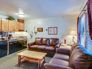 Remodeled condo close to Lake Tahoe w/ lovely views & shared pool access