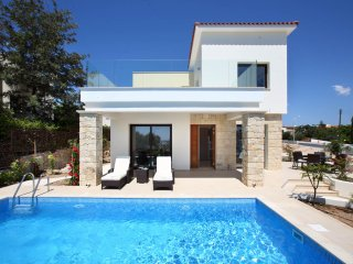 Golden villa 1. Luxury 3 bedroom beach villa with private pool., Chlorakas