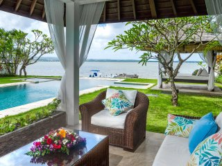 Waterfront villa Sunset. HOT 1-, 2- & 3-bdr rates. 20-meters pool, Jacuzzi, car.