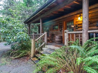 Dog-friendly log cabin surrounded by gorgeous woodlands with nearby lake!, Greenbank