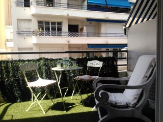 Very quiet, comfortable large flat, beach at 50m & parking, Nice