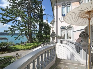 Lakefront historical Villa in the Salò Gulf, with private garden and pier