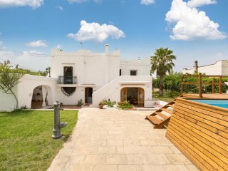 695 Villa with Direct Access to the Sea and Pool, Mola di Bari