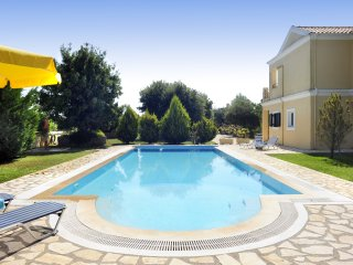 Large beautiful garden, pool,family-friendly villa