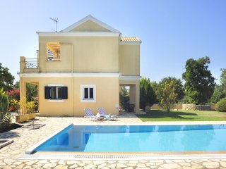 Large beautiful garden, pool,family-friendly villa