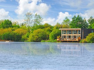 Larchwood Lodge at Lakes by Yoo, 4 bed sleeps 8 +3 kids, south facing, spa/pool