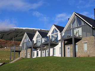 '16 Munros' - Beautiful mews house on Loch Tay with stunning views