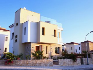 Golden villa 8. Luxury 3 bedroom beach villa with private pool., Chlorakas