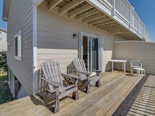 Cozy seaside condo w/ shared pool & central beach location - snowbirds welcome!