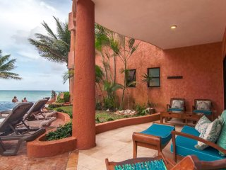 Beachfront Luxury 3 Bdrm Condo, Infinity Pool, Ideal For Kids, Steps to 5th Ave, Playa del Carmen
