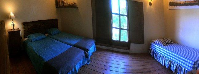 Vista del dormitorio superior con 3 camas (una de ellas es cama nido)