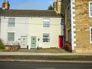 MILL COTTAGE, private enclosed courtyard, walks from the door, Wolsingham, Ref 9