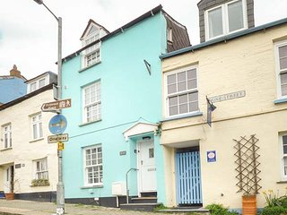 THE WEARNE COTTAGE, over three floors, pet-friendly, short walk to shop and