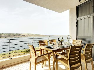 Seafront amazing holiday property sleeps 8/10 Guests, San Pawl il-Baħar (St. Paul's Bay)