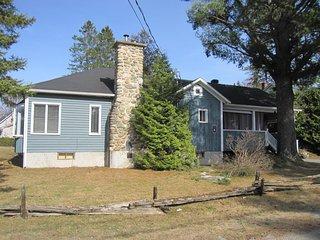 La maison Bleue près du Lac, spa et foyer, Ayer's Cliff